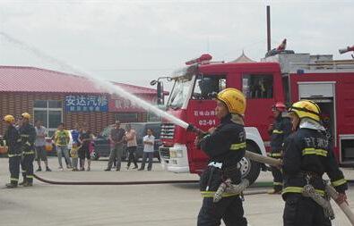 消防官兵赶赴现场处图