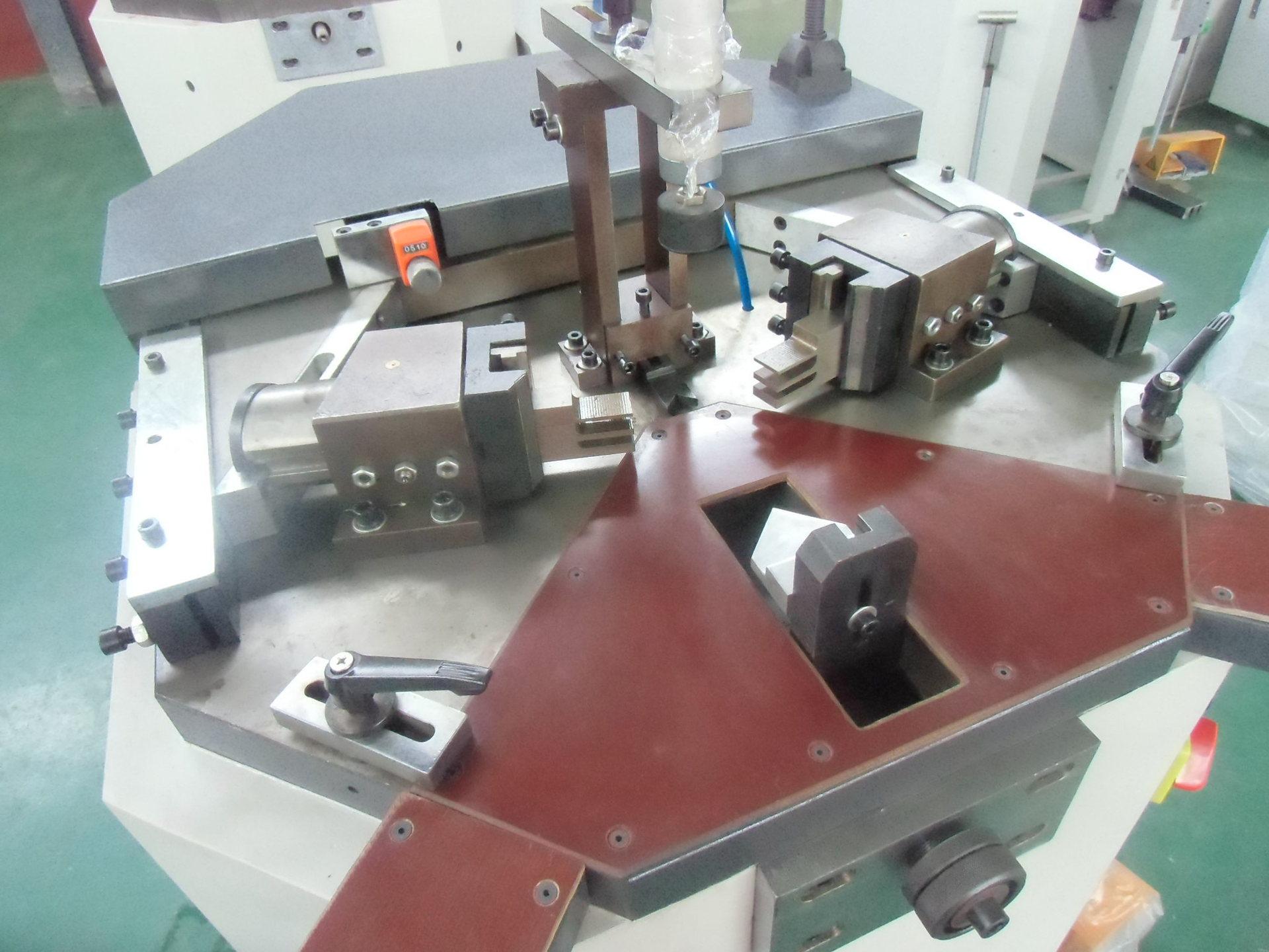 山东厂家铝合金型材加工设备门窗加工设备 组角机取放型材更方便
