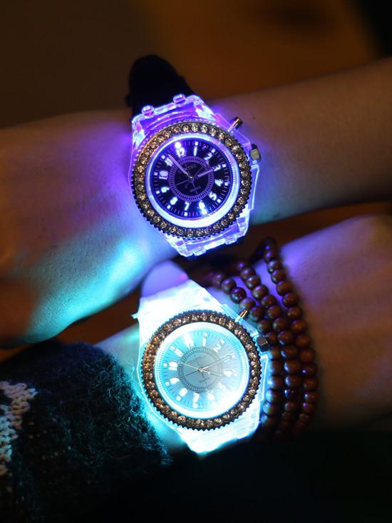 Đồng hồ phát sáng 7 màu